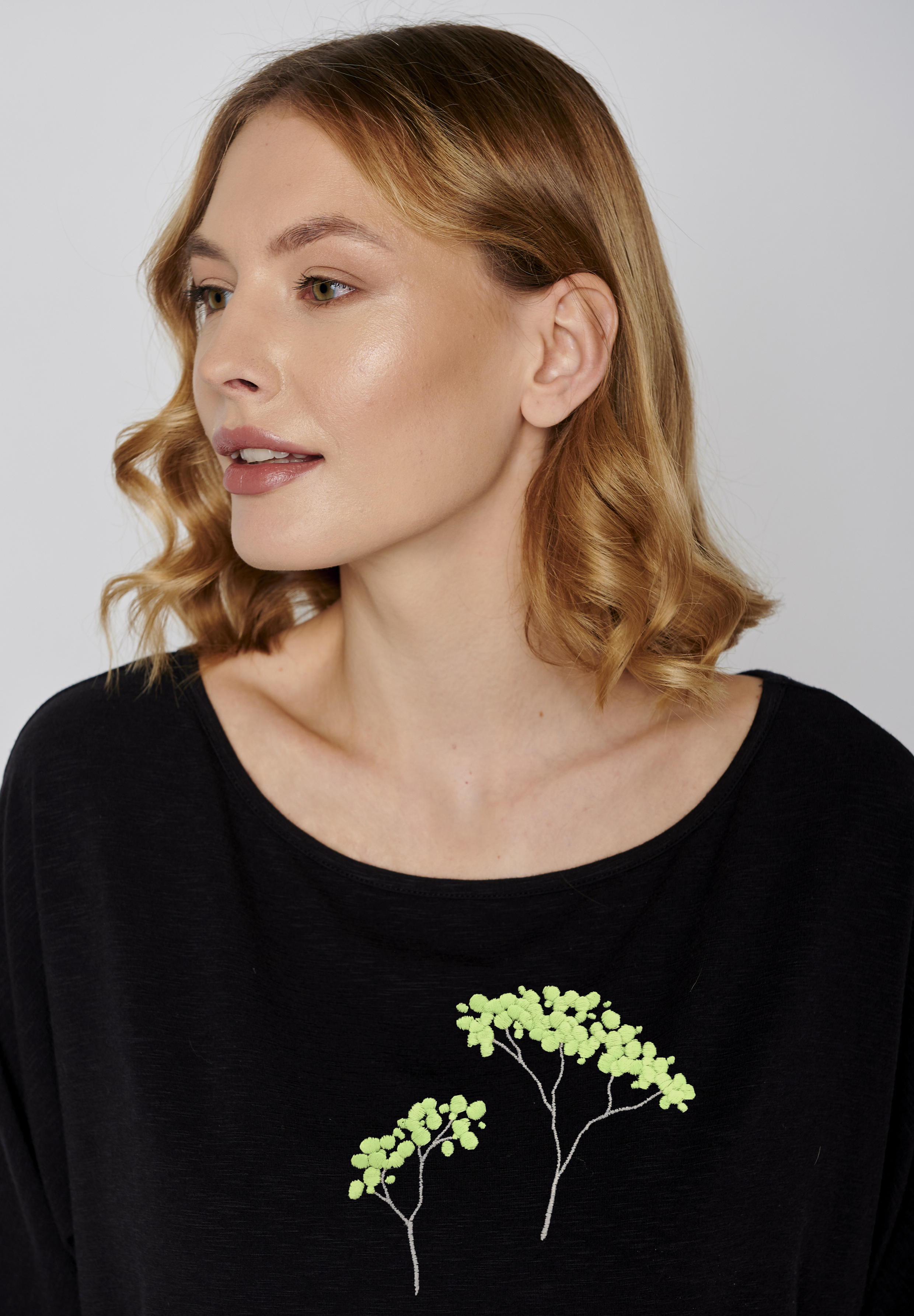 GREENBOMB-PLANT-TREES-Smile-Shirt-blackdetail